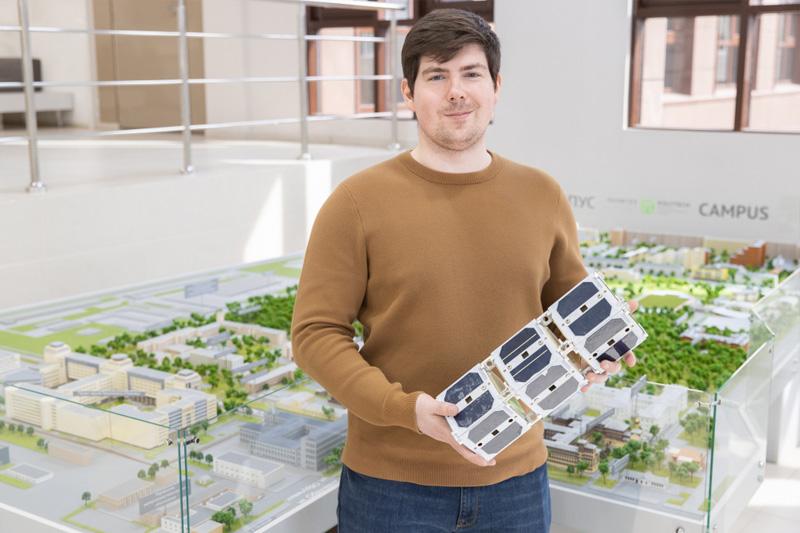 Аспирант из СПбПУ создает «начинку» для наноспутников и привлекает в науку школьников